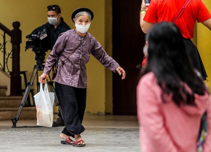 Người dân giãn cách 2 m nhận gạo từ cây ATM gạo đầu tiên ở Hà Nội - Ảnh 16.