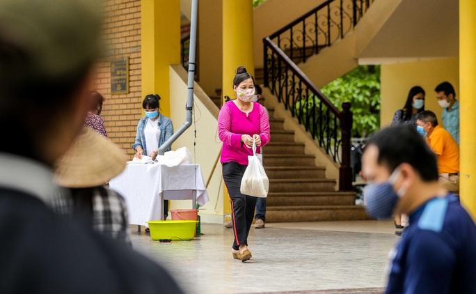 Người dân giãn cách 2 m nhận gạo từ cây ATM gạo đầu tiên ở Hà Nội - Ảnh 17.