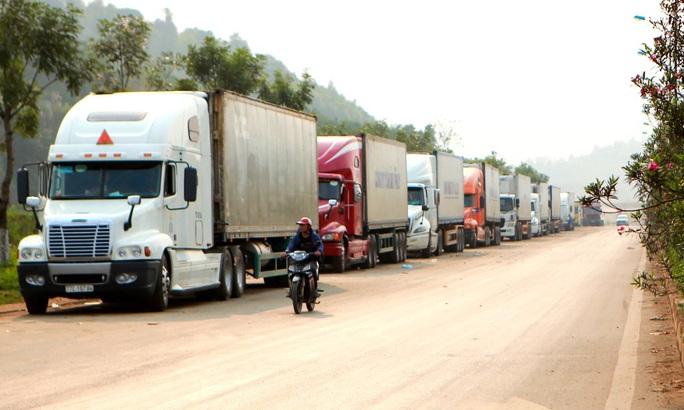 Trung Quốc siết thông quan, 2.600 xe hàng tắc ở cửa khẩu - Ảnh 1.