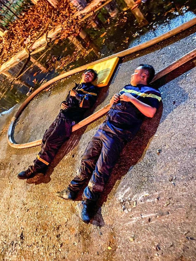 Xúc động chùm ảnh Cảnh cảnh sát chữa cháy bị bỏng, ăn, ngủ tại hiện trường - Ảnh 1.