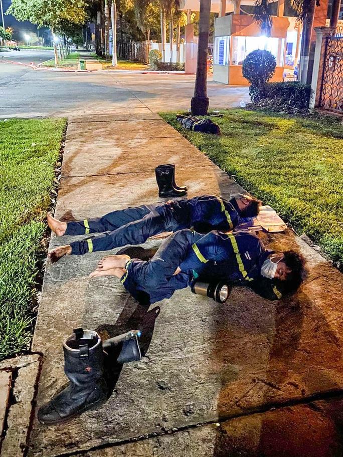 Xúc động chùm ảnh Cảnh cảnh sát chữa cháy bị bỏng, ăn, ngủ tại hiện trường - Ảnh 2.