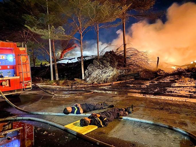 Xúc động chùm ảnh Cảnh cảnh sát chữa cháy bị bỏng, ăn, ngủ tại hiện trường - Ảnh 4.