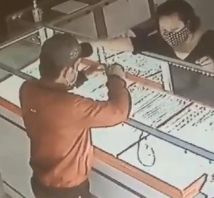 Bắt nóng kẻ vào tiệm vàng ở Củ Chi - TP HCM để cướp giật - Ảnh 1.