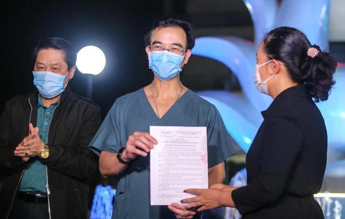 CLIP: Cận cảnh dỡ chốt phong tỏa, cách ly Bệnh viện Bạch Mai - Ảnh 3.