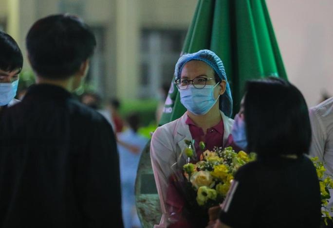 CLIP: Y bác sĩ Bệnh viện Bạch Mai vỡ òa, rơi lệ trong giây phút dỡ lệnh phong tỏa, cách ly - Ảnh 12.