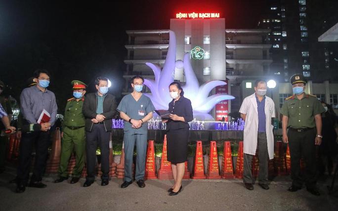 CLIP: Cận cảnh dỡ chốt phong tỏa, cách ly Bệnh viện Bạch Mai - Ảnh 2.