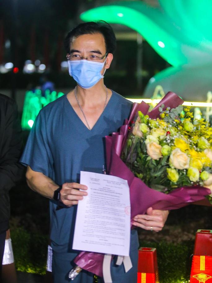 CLIP: Cận cảnh dỡ chốt phong tỏa, cách ly Bệnh viện Bạch Mai - Ảnh 4.