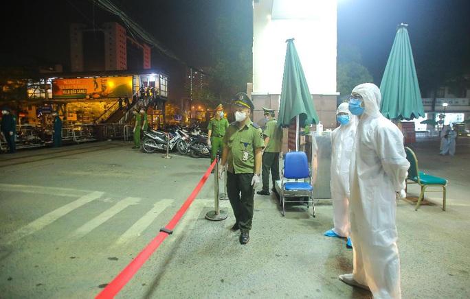 CLIP: Cận cảnh dỡ chốt phong tỏa, cách ly Bệnh viện Bạch Mai - Ảnh 8.