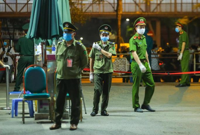 CLIP: Cận cảnh dỡ chốt phong tỏa, cách ly Bệnh viện Bạch Mai - Ảnh 9.