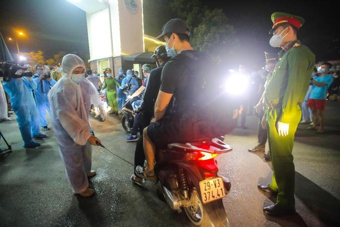 CLIP: Y bác sĩ Bệnh viện Bạch Mai vỡ òa, rơi lệ trong giây phút dỡ lệnh phong tỏa, cách ly - Ảnh 15.