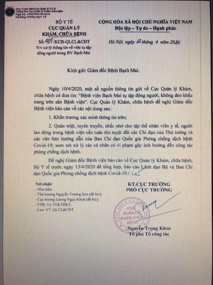 Bộ Y tế yêu cầu Bệnh viện Bạch Mai báo cáo việc tụ tập đông người, không đeo khẩu trang - Ảnh 1.