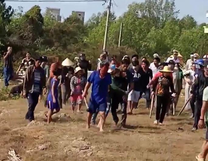 CLIP: Hỗn chiến trên đường đưa tang, nhiều người nhập viện - Ảnh 3.
