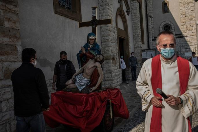 Hiểm họa Covid-19 rình rập các linh mục ở Ý - Ảnh 1.