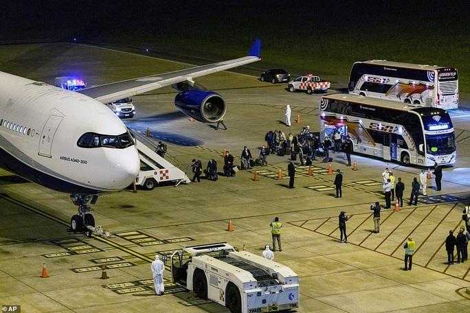 Úc nín thở đón máy bay chở đầy người nhiễm Covid-19 về nước - Ảnh 2.