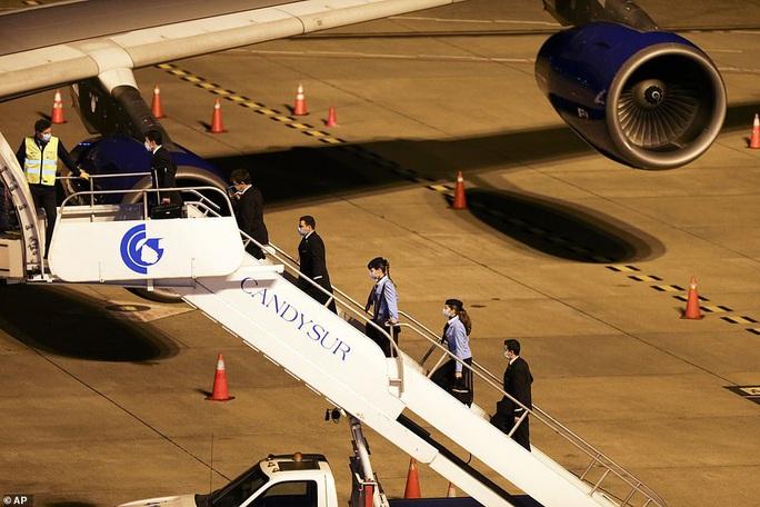 Úc nín thở đón máy bay chở đầy người nhiễm Covid-19 về nước - Ảnh 1.