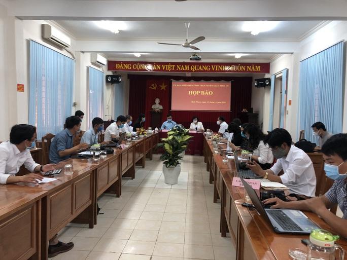 Tỉnh ủy Bình Phước họp báo khẩn vụ Phó Chủ tịch HĐND huyện chống đối đo thân nhiệt - Ảnh 1.