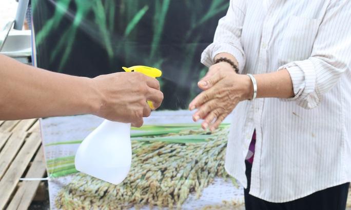 ATM gạo liên tục tuôn chảy giữa những ngày khó khăn - Ảnh 1.