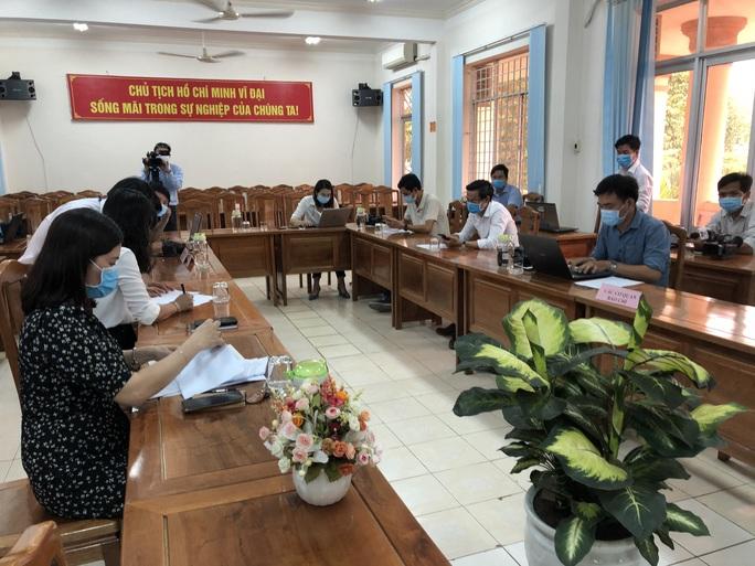 Tỉnh ủy Bình Phước họp báo khẩn vụ Phó Chủ tịch HĐND huyện chống đối đo thân nhiệt - Ảnh 2.
