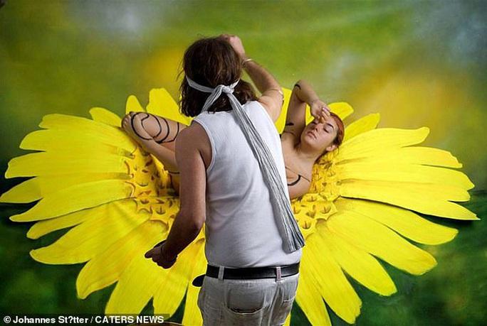Biến người mẫu khỏa thân thành... bươm bướm - Ảnh 3.