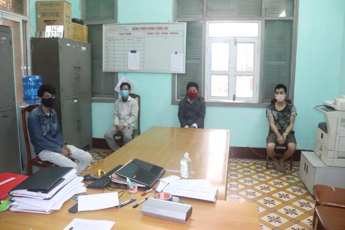 4 thanh niên đại náo tại chốt chống dịch Covid-19 - Ảnh 1.