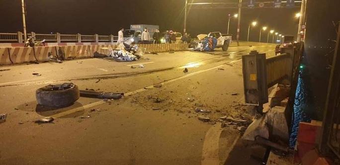 Xe bán tải bất ngờ tông dải phân cách lúc nửa đêm, 2 người thương vong - Ảnh 1.