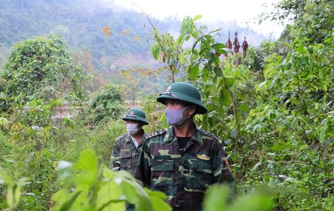 CLIP: Lính biên phòng băng rừng, lội suối chặn dịch Covid-19 nơi biên giới - Ảnh 6.