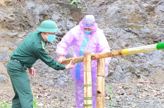 CLIP: Lính biên phòng băng rừng, lội suối chặn dịch Covid-19 nơi biên giới - Ảnh 2.