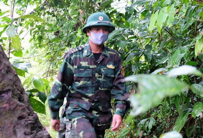CLIP: Lính biên phòng băng rừng, lội suối chặn dịch Covid-19 nơi biên giới - Ảnh 5.