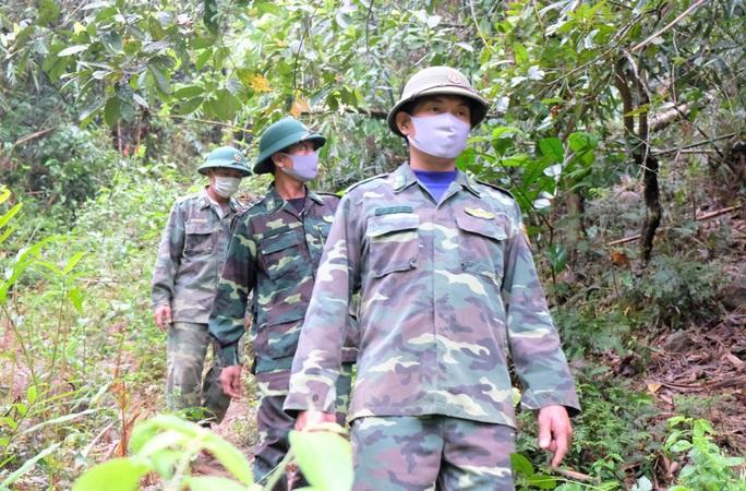 CLIP: Lính biên phòng băng rừng, lội suối chặn dịch Covid-19 nơi biên giới - Ảnh 4.