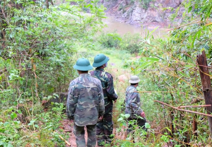 CLIP: Lính biên phòng băng rừng, lội suối chặn dịch Covid-19 nơi biên giới - Ảnh 8.