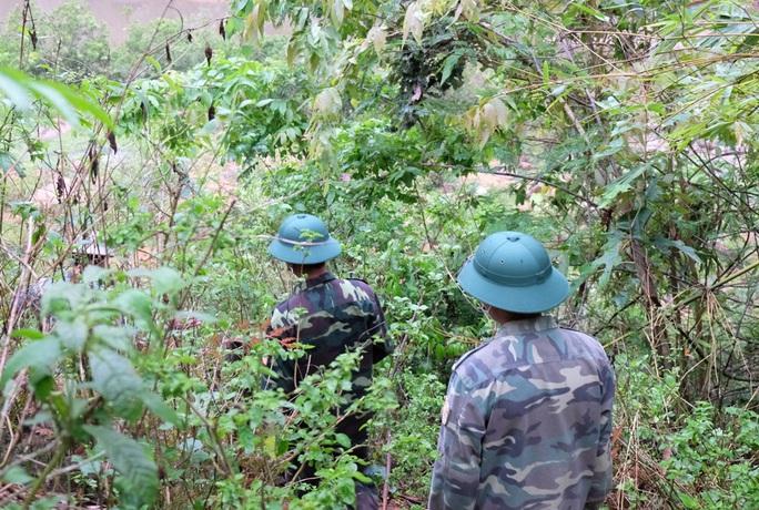 CLIP: Lính biên phòng băng rừng, lội suối chặn dịch Covid-19 nơi biên giới - Ảnh 7.