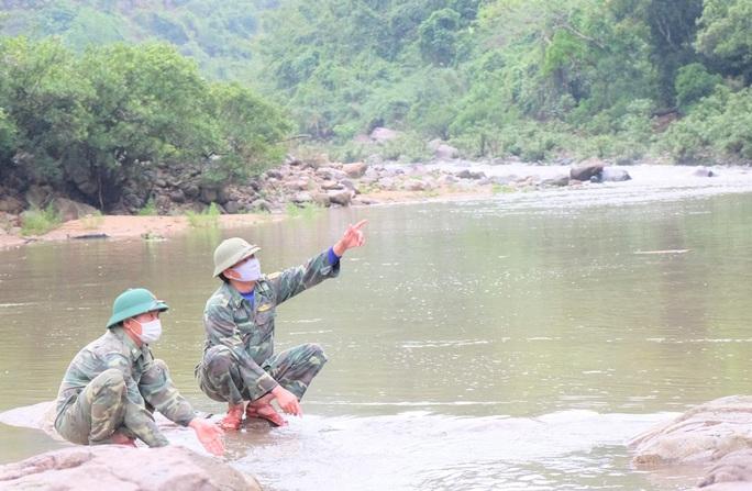 CLIP: Lính biên phòng băng rừng, lội suối chặn dịch Covid-19 nơi biên giới - Ảnh 9.