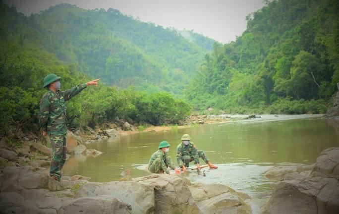 CLIP: Lính biên phòng băng rừng, lội suối chặn dịch Covid-19 nơi biên giới - Ảnh 10.