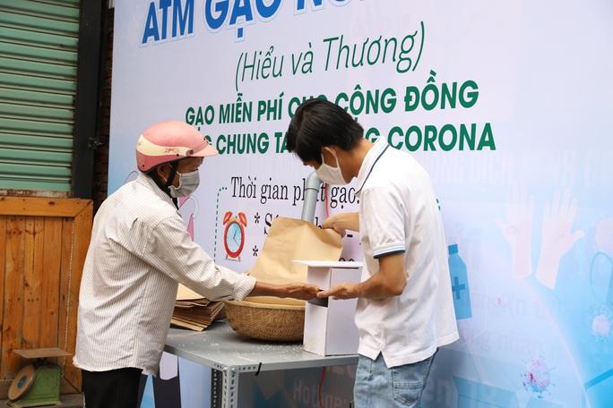 ATM gạo lan tỏa từ phố núi đến làng biển - Ảnh 6.