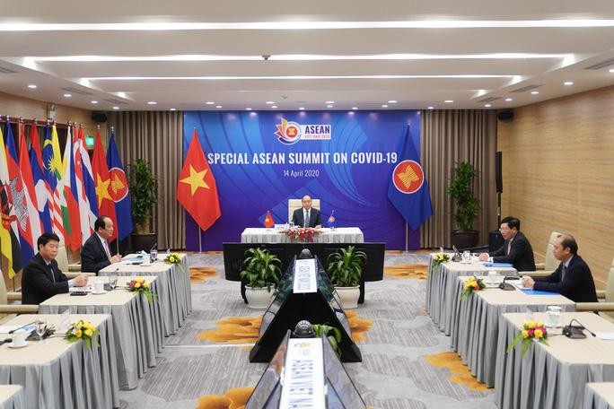 Cận cảnh Thủ tướng chủ trì Hội nghị cấp cao đặc biệt ứng phó Covid-19 - Ảnh 4.