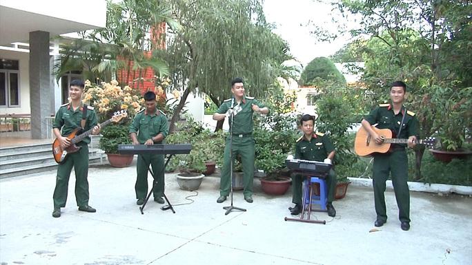 5 bộ đội trẻ ở Khánh Hòa gây sốt với bài hát phòng chống Covid-19 - Ảnh 2.