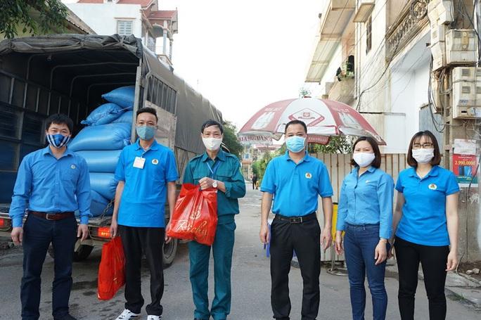 Công đoàn hỗ trợ gạo cho khu dân cư đang cách ly do dịch Covid-19 - Ảnh 2.
