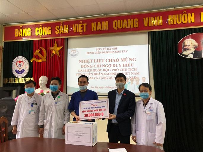Phó chủ tịch Tổng LĐLĐ Việt Nam thăm, tặng quà các địa phương phòng chống dịch Covid-19 - Ảnh 1.