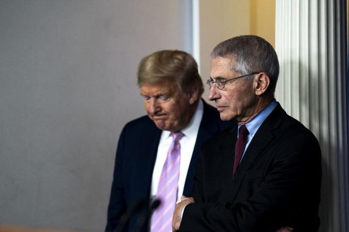 Covid-19: Ông Trump vừa đấm vừa xoa cố vấn y tế hàng đầu Nhà Trắng - Ảnh 1.