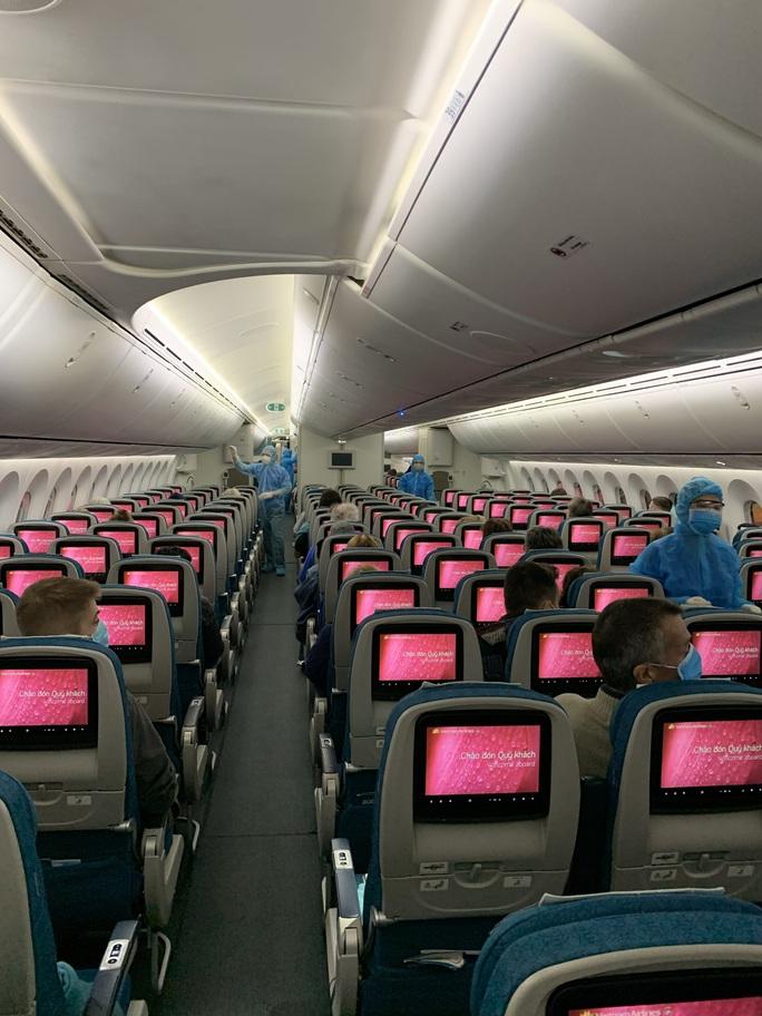 Chuyến bay đặc biệt đưa công dân từ Anh về Việt Nam - Ảnh 10.
