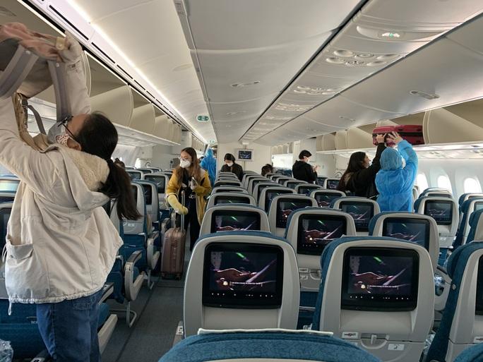 Chuyến bay đặc biệt đưa công dân từ Anh về Việt Nam - Ảnh 15.