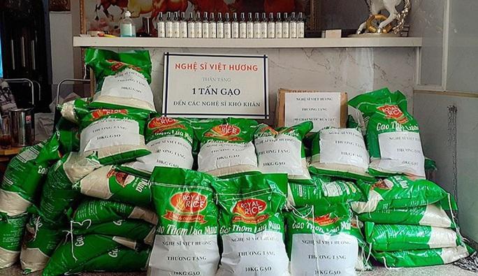 Nhiều nghệ sĩ mang gạo đến với người nghèo - Ảnh 6.