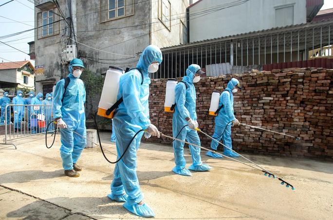 CLIP: Cận cảnh lập 10 chốt, phun khử khuẩn nơi bệnh nhân Covid-19 số 266 sinh sống - Ảnh 13.