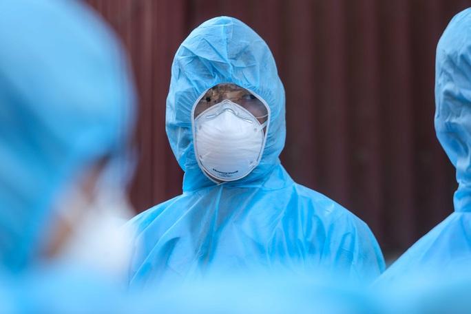 CLIP: Cận cảnh lập 10 chốt, phun khử khuẩn nơi bệnh nhân Covid-19 số 266 sinh sống - Ảnh 10.