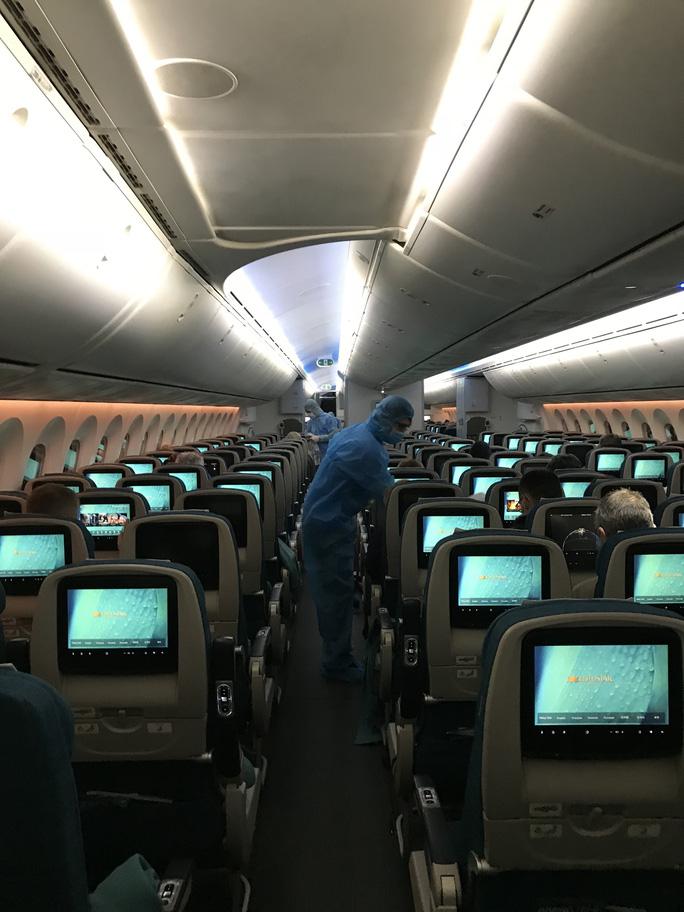 Chuyến bay đặc biệt đưa công dân từ Anh về Việt Nam - Ảnh 12.