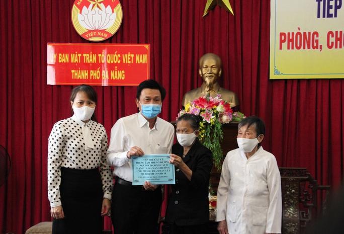 Ủng hộ máy trợ thở và 1.000 bộ kit xét nghiệm SARS-CoV-2 tuyến đầu chống dịch ở Đà Nẵng - Ảnh 1.