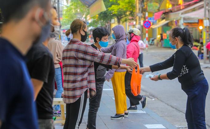CLIP: Độc đáo khu chợ cách nhau 2 m, với người trao tiền và nhận hàng - Ảnh 6.