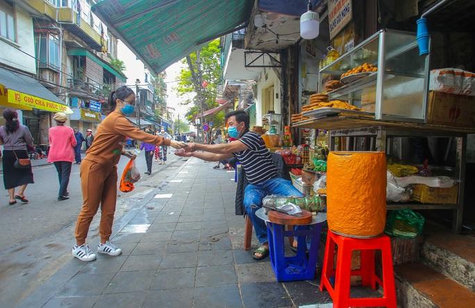 CLIP: Độc đáo khu chợ cách nhau 2 m, với người trao tiền và nhận hàng - Ảnh 7.