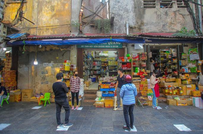 CLIP: Độc đáo khu chợ cách nhau 2 m, với người trao tiền và nhận hàng - Ảnh 9.