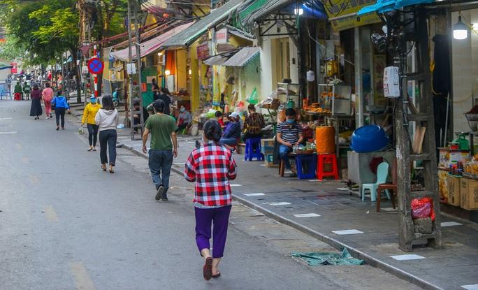 CLIP: Độc đáo khu chợ cách nhau 2 m, với người trao tiền và nhận hàng - Ảnh 8.